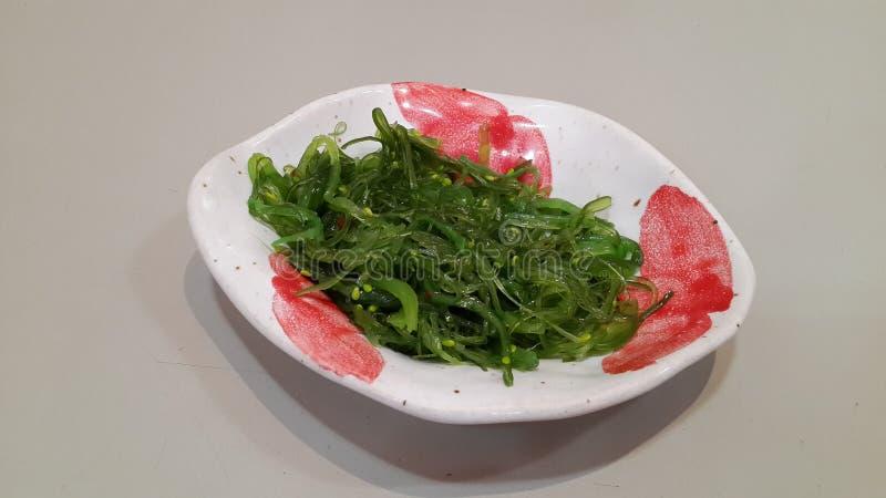 Algues vertes mélangées dans la cuvette photo stock