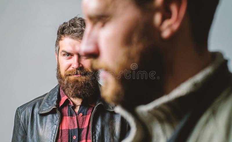 Alguien detr?s de usted Sienta la ayuda del amigo real Soporte barbudo del individuo del hombre detr?s de la parte posterior del  imagen de archivo