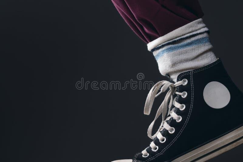 Alguien que lleva los calcetines sobre los pantalones fotos de archivo