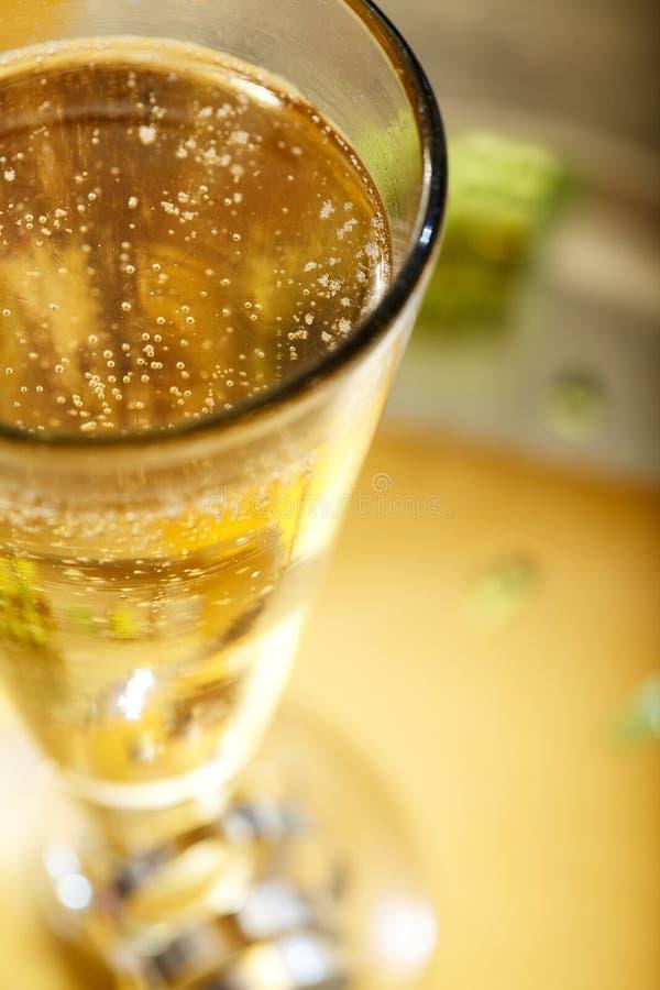 Algum Champagne de borbulhagem em uma noite comemorativo imagem de stock