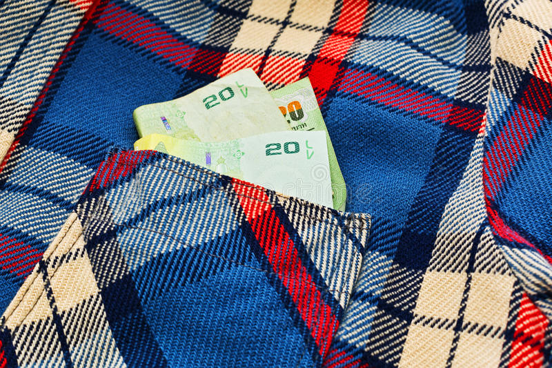 Algum dinheiro nacional no bolso quadriculado da camisa fotografia de stock