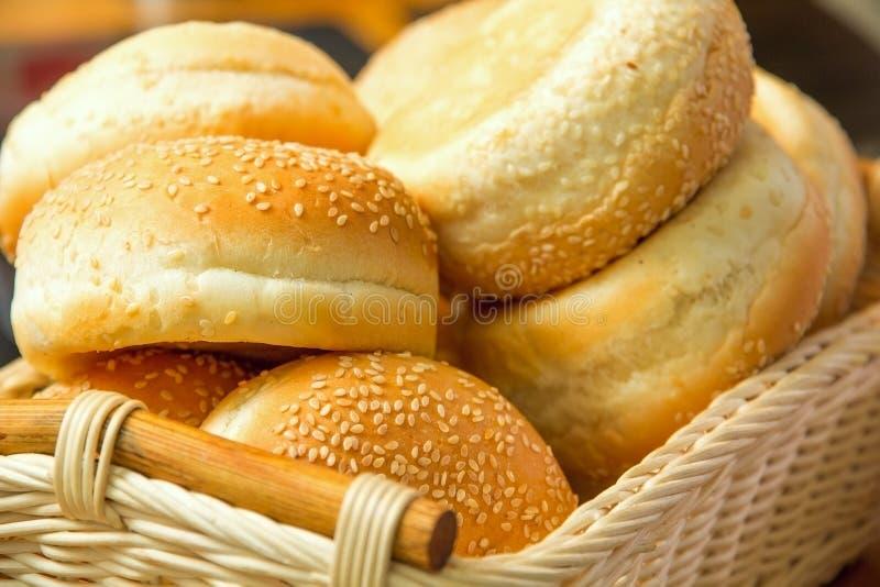 Algum pão com as sementes na cesta imagens de stock royalty free