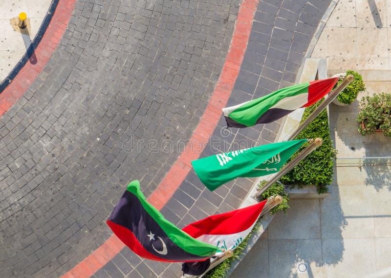 Algumas bandeiras árabes da esquerda para a direita Líbia, Iraque, Arábia Saudita e Jordânia foto de stock royalty free