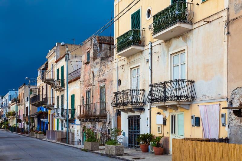 algumas casas em mau tempo Lipari Sicília Itália imagens de stock