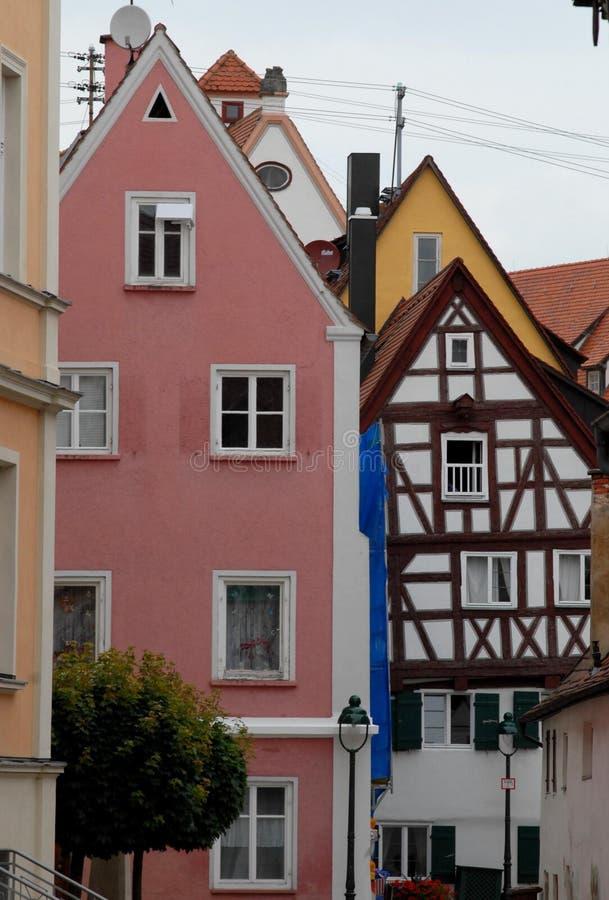 Algumas casas típicas na cidade de Nordlingen em Alemanha imagem de stock