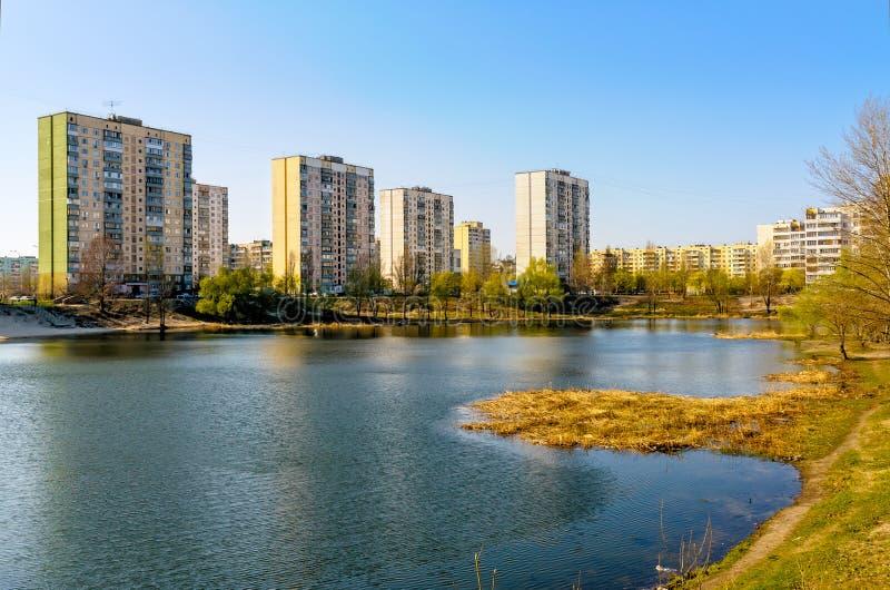 Construções modernas perto da lagoa imagens de stock