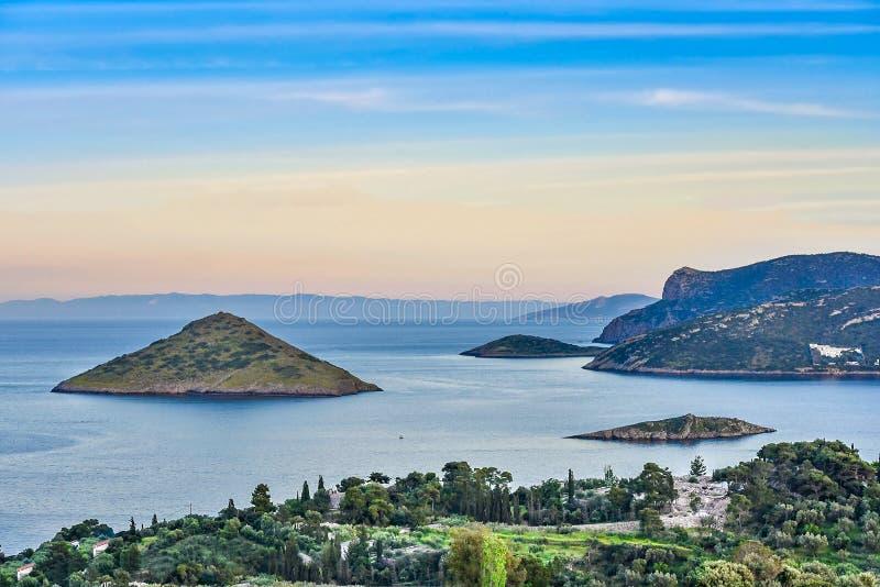 Algumas de ilhas gregas desinibidos pequenas dos milhares no Mar Egeu fotografia de stock royalty free