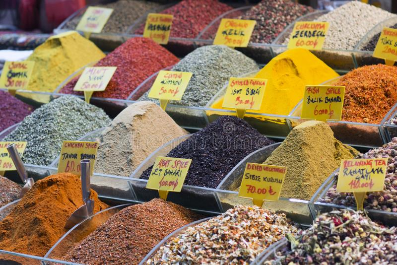 Algumas especiarias turcas no bazar grande da especiaria Especiarias coloridas em lojas da venda no mercado da especiaria de Ista foto de stock