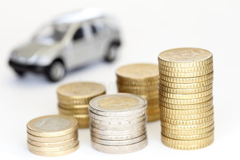Algumas euro- pilhas diferentes da moeda com carro fotos de stock