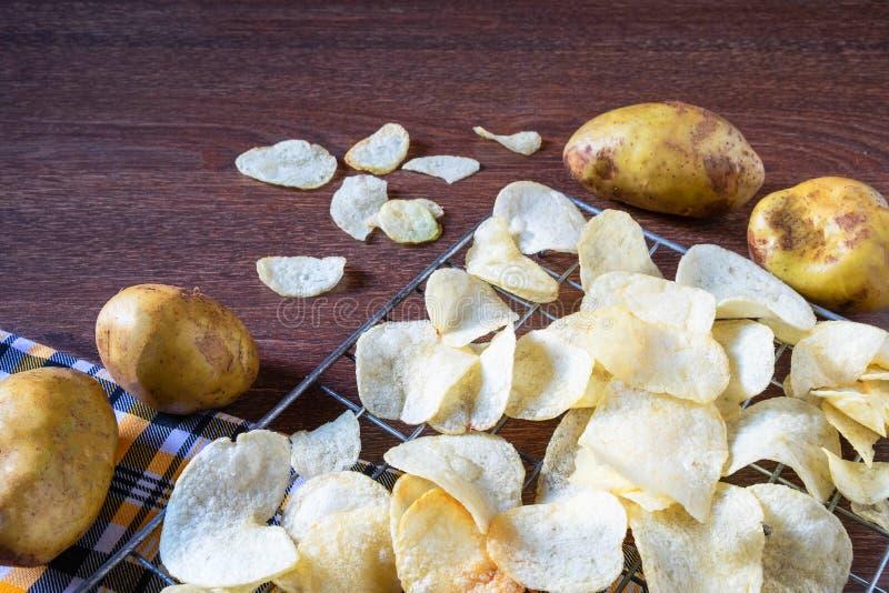Algumas microplaquetas de batata fritadas frescas imagens de stock royalty free