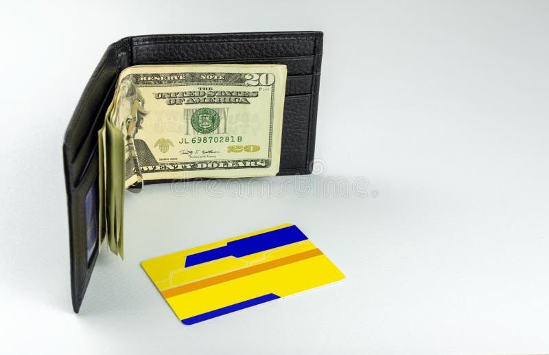 Algumas notas de dólar estão em uma bolsa do ` s do homem Está próximo um cartão de crédito fotos de stock royalty free