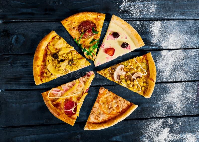 Algumas partes de pizza em um fundo cinzento imagem de stock royalty free