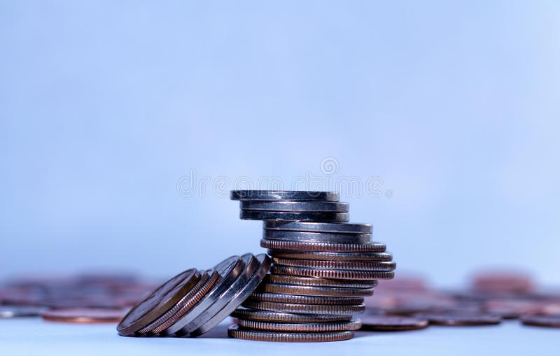 Algumas pilhas de moedas americanas imagem de stock