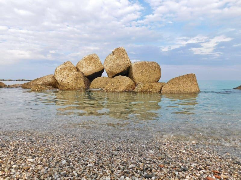 Algumas rochas no mar em um dia de inverno imagem de stock