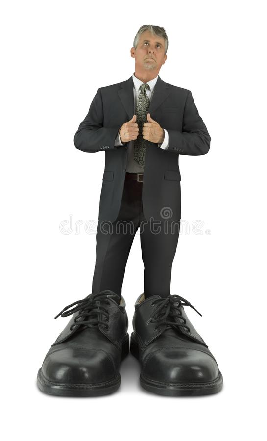 Algumas sapatas grandes para encher o homem que está em calçados brilhantes gigantes do negócio imagem de stock royalty free