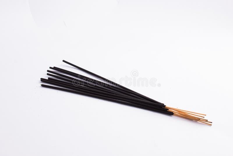 Algumas varas pretas do incenso isoladas no fundo branco foto de stock