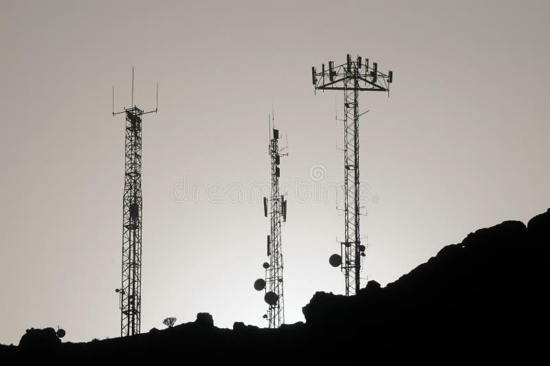 Algunas antenas silueteadas imagenes de archivo