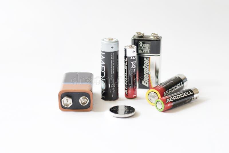 Algunas baterías en el fondo blanco foto de archivo