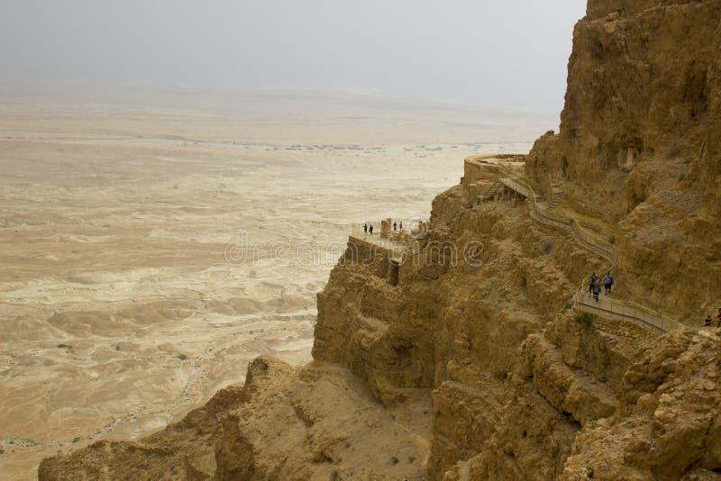 Algunas de las ruinas reconstruidas de la fortaleza judía antigua del clifftop de Masada en Israel meridional Todo debajo del mar imágenes de archivo libres de regalías