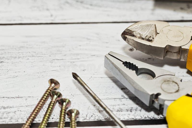 Algunas herramientas de la mano en fondo de madera imagenes de archivo