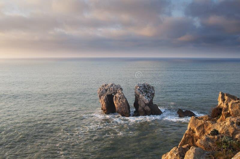 Algunas rocas en el mar, puerta de Cantabric, España imagen de archivo