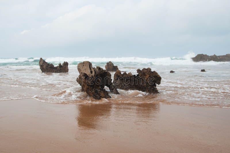 Algunas rocas en la orilla de la playa imágenes de archivo libres de regalías