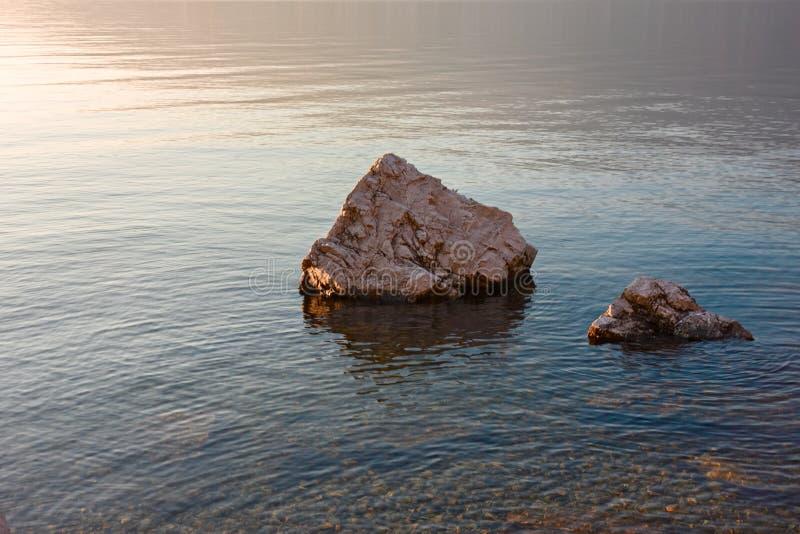 Algunas rocas en la orilla del lago imagen de archivo libre de regalías