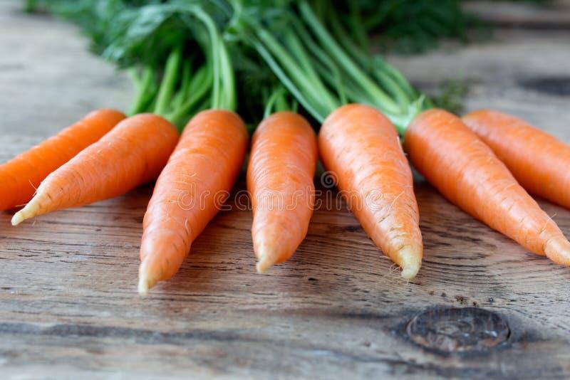 Algunas zanahorias frescas en el escritorio de madera viejo imágenes de archivo libres de regalías