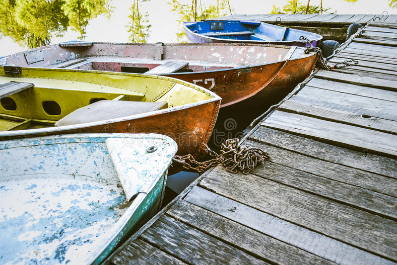 Algunos barcos viejos en el muelle foto de archivo