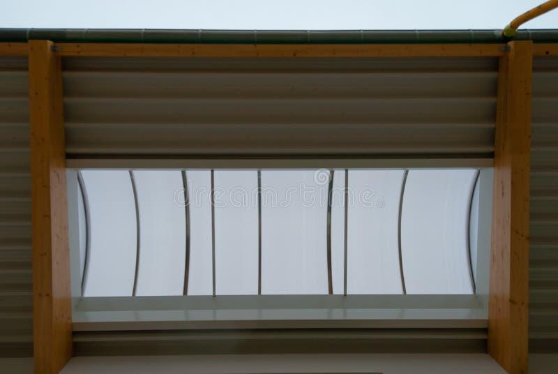 Algunos bragueros de madera grandes apoyan el tejado de un edificio grande de la f?brica imágenes de archivo libres de regalías