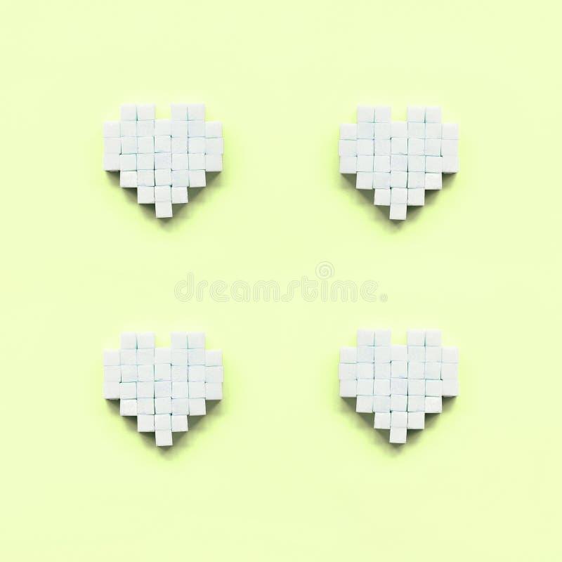 Algunos corazones hicieron de los cubos del azúcar mienten en una cal en colores pastel de moda fotos de archivo