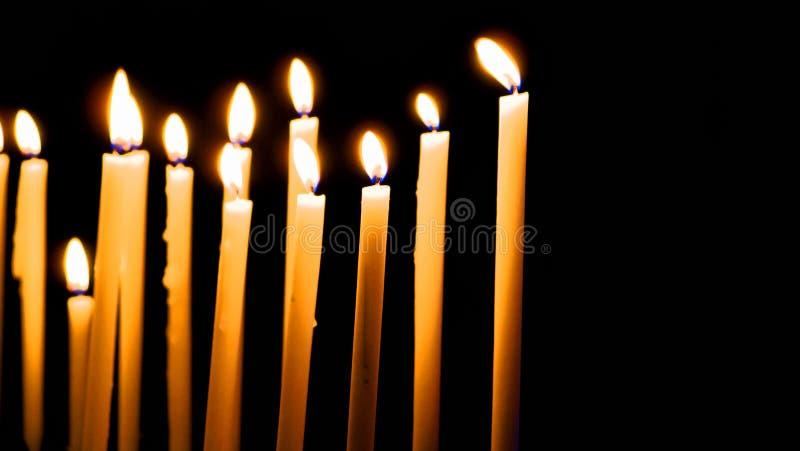 Algunos palillos negros de iluminación del fondo de las velas foto de archivo libre de regalías