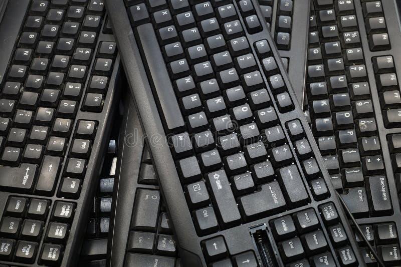 Algunos teclados de ordenador negros Marco horizontal foto de archivo