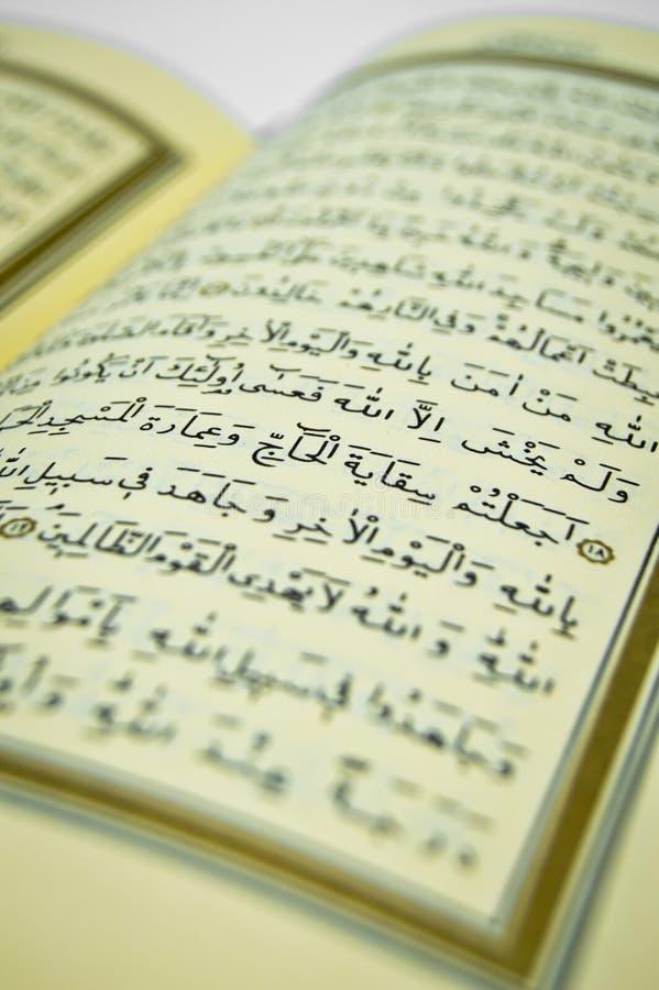 Algunos versos del Qur ?, que es el libro sagrado de musulmanes Caligraf?a, caligr?fica Árabe, creencia foto de archivo libre de regalías
