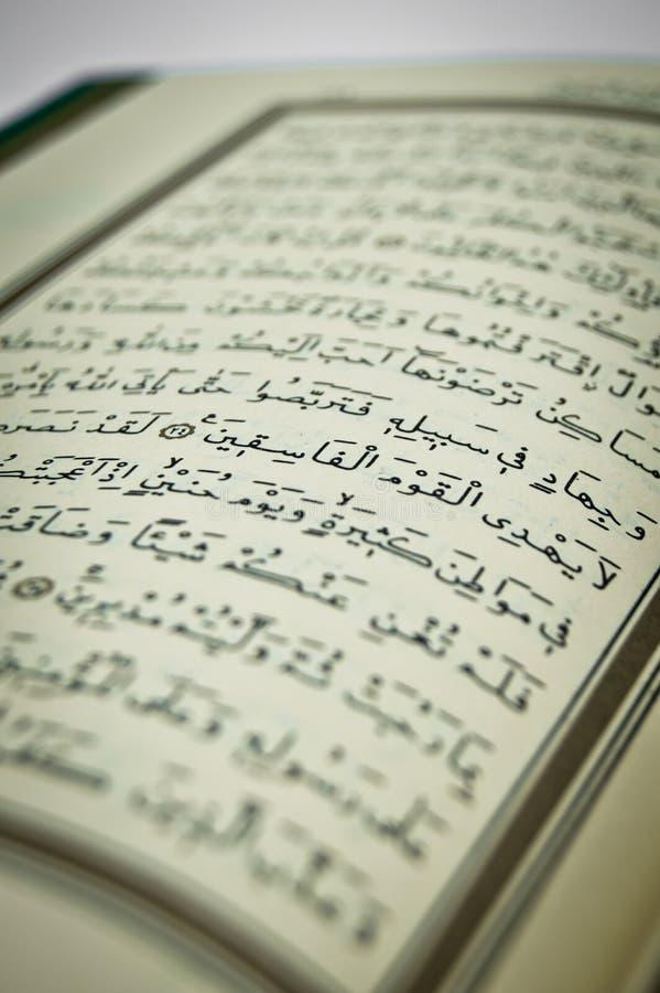 Algunos versos del Qur ?, que es el libro sagrado de musulmanes Caligraf?a, caligr?fica ?rabe, creencia fotos de archivo libres de regalías