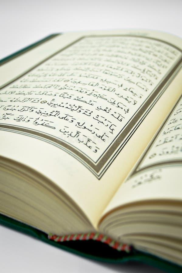 Algunos versos del Qur ?, que es el libro sagrado de musulmanes Caligraf?a, caligr?fica ?rabe, creencia fotografía de archivo