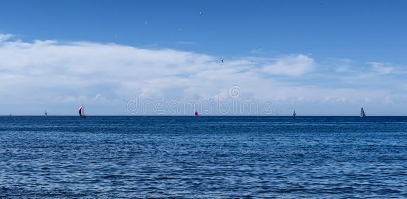 Algunos yates hacia fuera en un horizonte español fotografía de archivo