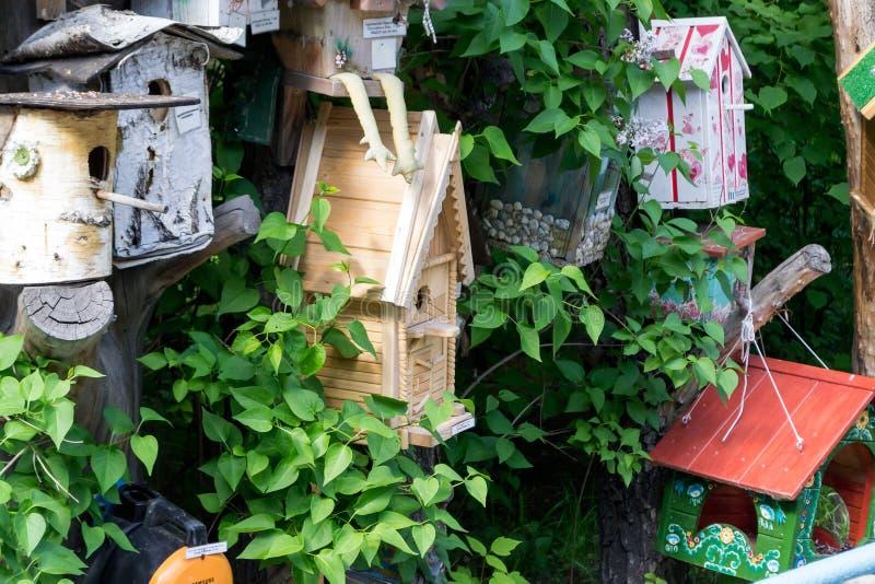 Alguns aviários de madeira feitos por crianças fotos de stock