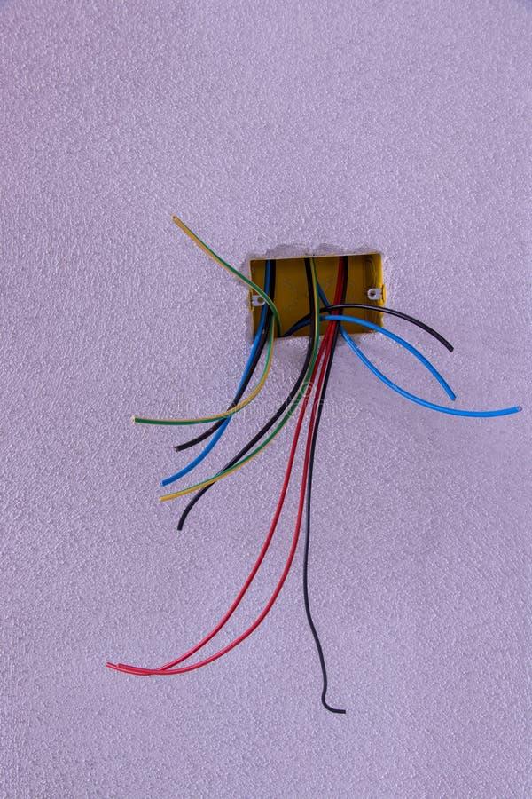 Alguns cabos elétricos diferentes que olham da parede foto de stock