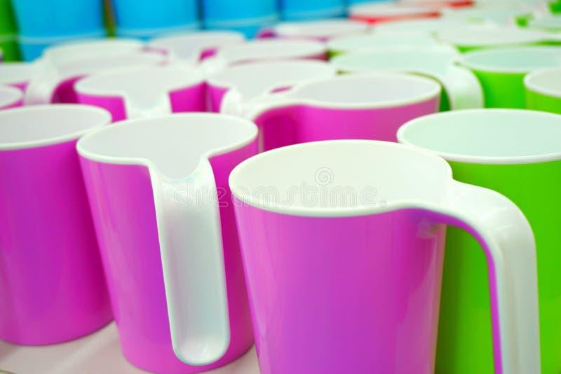 Alguns copos plásticos coloridos fotografia de stock