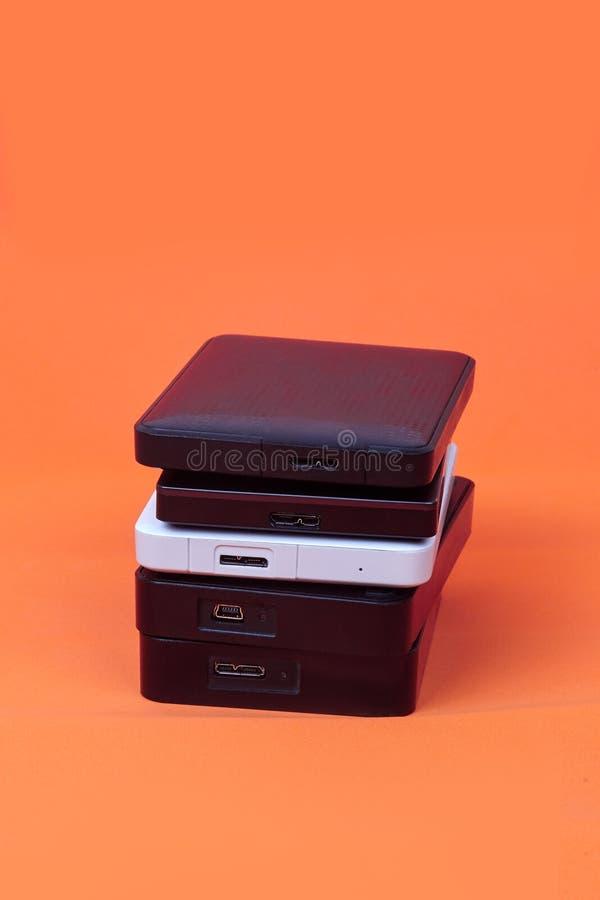 Alguns discos r?gidos externos para armazenar dados, backup e informa??o de seguran?a fotografia de stock