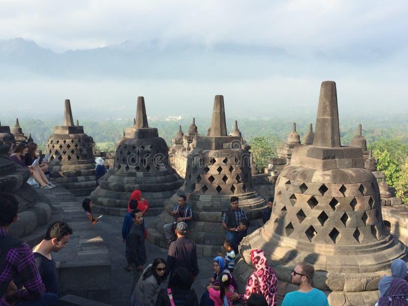 Alguns dos 72 stupas a céu aberto, cada terra arrendada uma estátua da Buda, templo de Borobudur, Java central, Indonésia fotos de stock