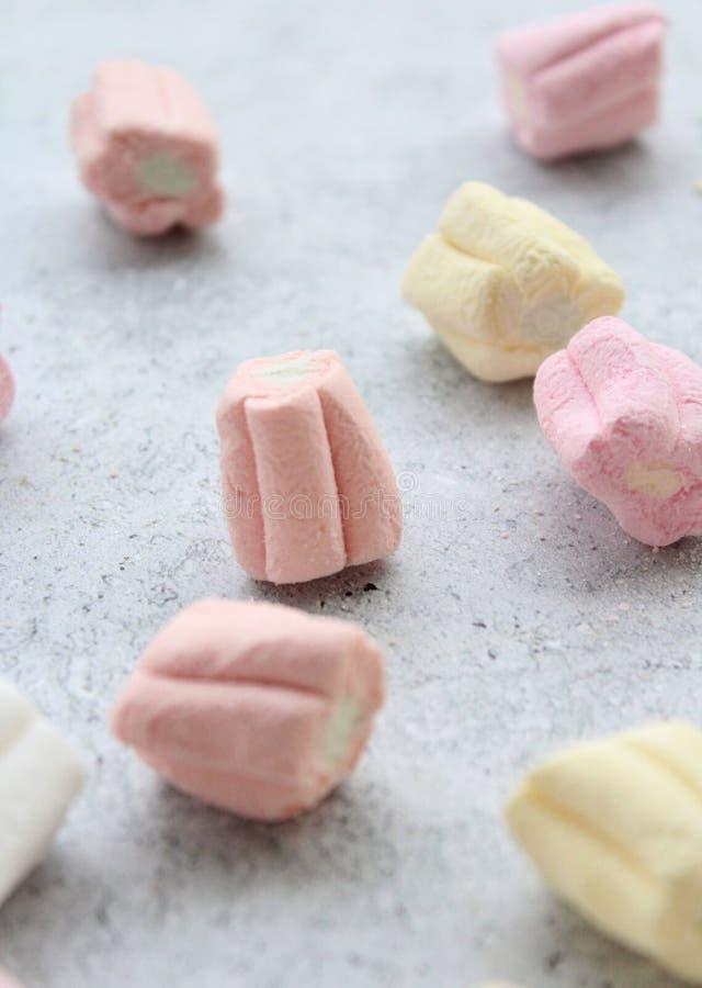 Alguns marshmallows coloridos foto de stock