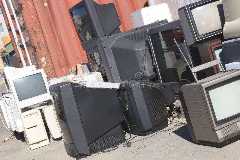 Alguns monitor do computador e tevê de reciclagem fotografia de stock