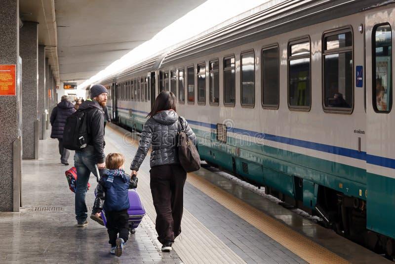 Alguns passageiros estão indo tomar o trem que parte foto de stock royalty free