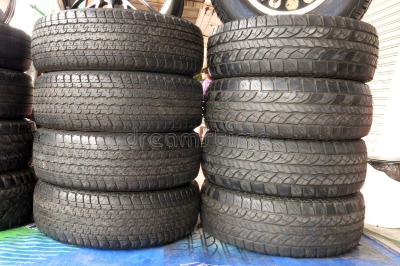 Alguns pneumáticos usados na garagem foto de stock