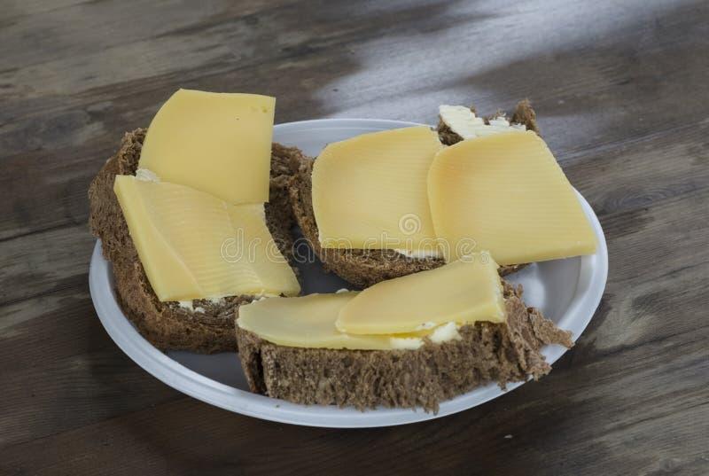 Alguns sanduíches com chees em uma tabela de madeira velha imagens de stock