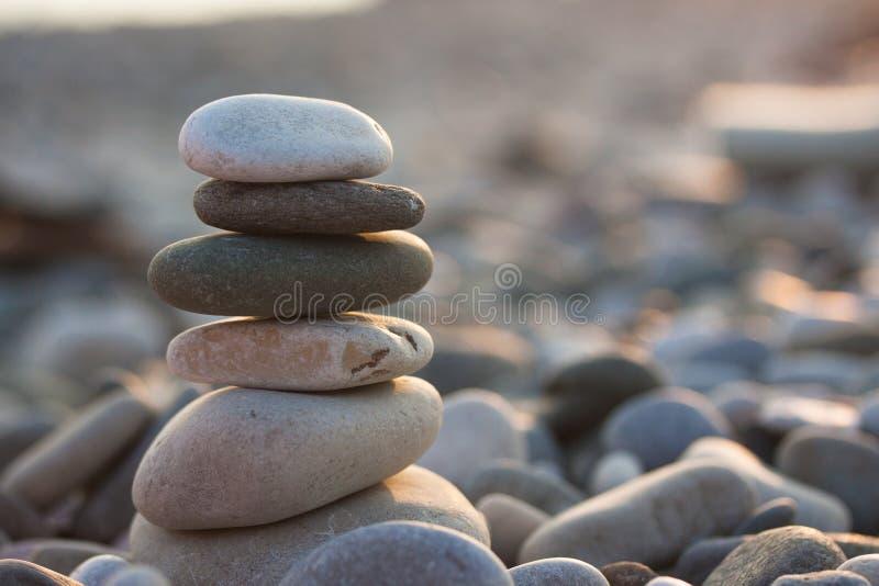 Alguns seixos na praia fotos de stock royalty free