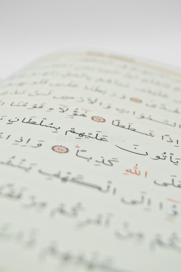 Alguns versos do Qur ', que é o livro sagrado dos muçulmanos fotografia de stock royalty free