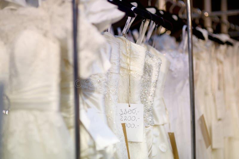 Alguns vestidos de casamento bonitos imagem de stock royalty free